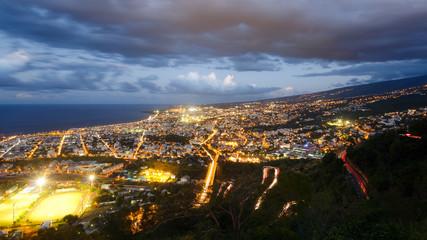 Vue panoramique sur Saint-Denis, La Réunion au crépuscule