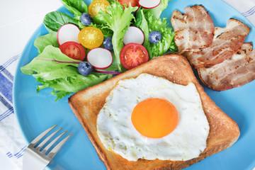 卵とベーコンとサラダの朝食
