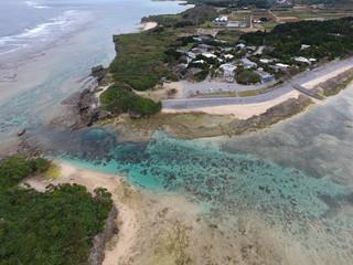 海 沖縄 日本 デート 空撮 豹柄 青 ストレスフリー リラックスブルー 島 浅瀬 珊瑚 半島 夏