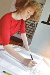 jeune étudiante en architecture travaillant dans bureau