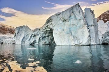 Photo sur Aluminium Arctique iceberg floating in greenland fjord