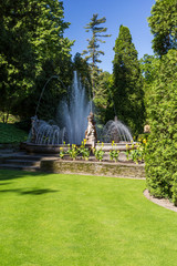 Fotobehang Fontaine Fontaine et statue dans le jardin