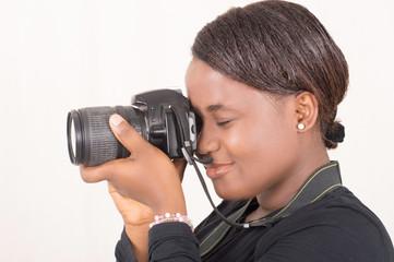 femme photographiant avec un appareil photo numérique
