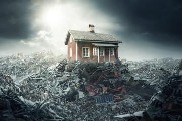 Ein Holzhaus auf einem Berg von Müll