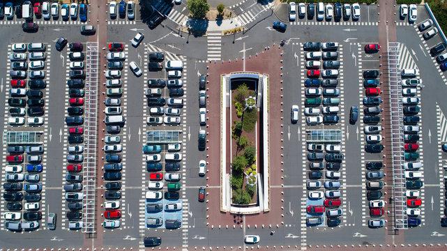 Photographie aérienne d'un parking de centre commercial