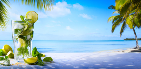 Photo sur Plexiglas Plage tropic summer vacation; Exotic drinks on blur tropical beach background