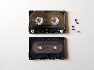 分解されたカセットテープ