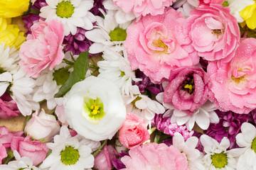 Schöne Blumen als Arrangement aus weissen und rosa Rosen und Blüten
