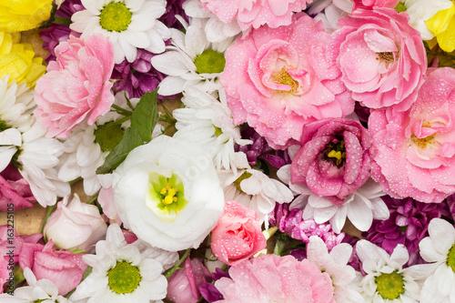 Schöne Blumen als Arrangement aus weissen und rosa Rosen und Blüten ...