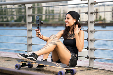 junge Vloggerin an der Spree in Berlin
