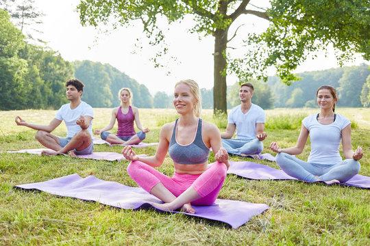 Junge Leute im Yoga Workshop
