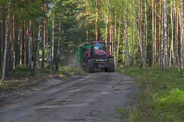 Roboty leśne wykonywane ciągnikiem rolniczym.