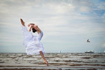 Маленькая балерина у моря