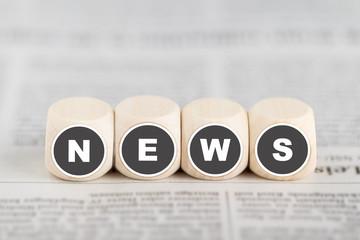 """Würfel bilden das Wort """"News"""""""