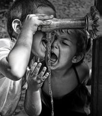 Niños fuente