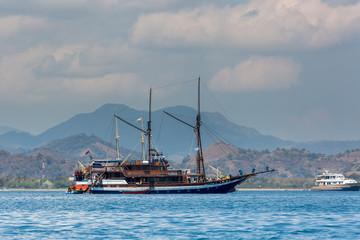 Schiff in der Inselwelt des Komodo-Archipels - Indonesien