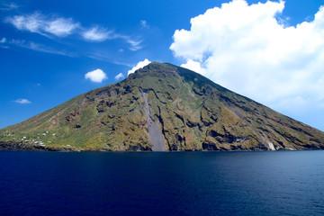 Schöner Ansicht des Strombolis (Südseite) mit blauem Meer und Himmel