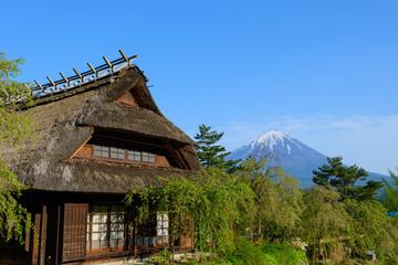 古民家と富士山
