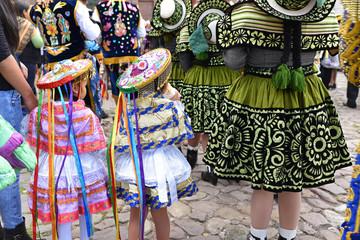 Fillettes péruviennes en costume de fête plaza de Armas à Cusco au Pérou