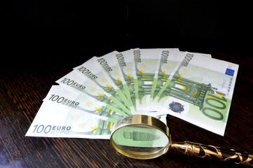 dinero con lupa