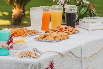 Buffet con succhi di frutta sul tavolo