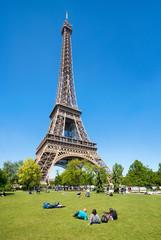 Wall Mural - Touristen am Eiffelturm in Paris, Frankreich