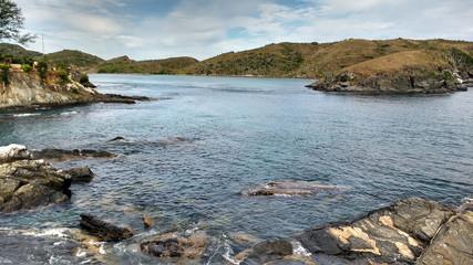 Praia do forte águas claras e rochas
