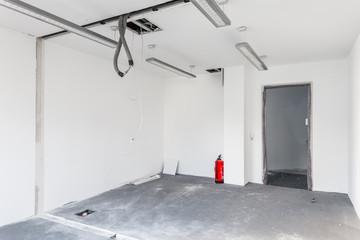 Baustelle leeres Zimmer mit Feuerlöscher
