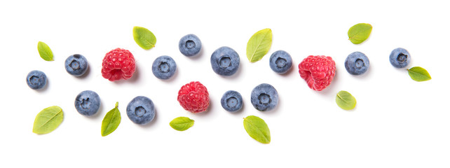 Photo sur Aluminium Fruit Fresh blueberries with leaves and raspberries, berry ornament isolated on white background, top view