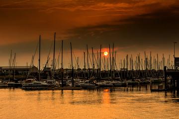 Ein hafen in Cuxhaven in einer romantischen Stimmung