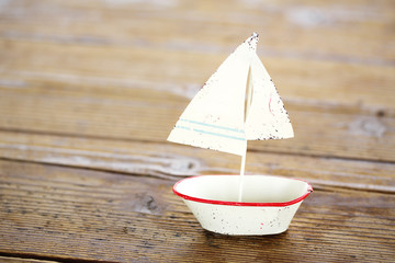 木の上の白いボート