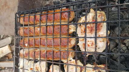 Сосиски и мясо на гриле