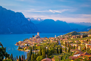 Photo sur Aluminium Lac / Etang Town of Malcesine on Lago di Garda skyline view