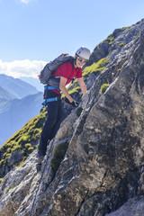 Teenager hat Spaß im Klettersteig