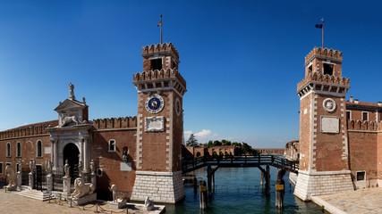 La Biennale di Venezia Arsenale Biennale in Venedig Länderrepräsentationen Themenausstellung Ausstellung 28 Länder Eingangsportal