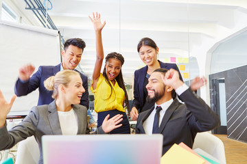 Gründer jubeln begeistert am Computer