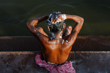 "The Wider Image: Dying ""Mother Ganges"": holy river succumbs to pollution"