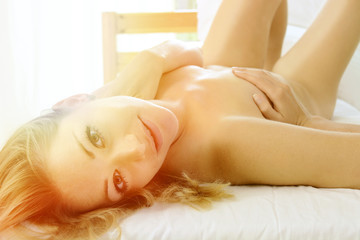 Frau erholt und nackt im Bett bei Entspannung oder Mittagsschlaf - Vintage Flare Lens