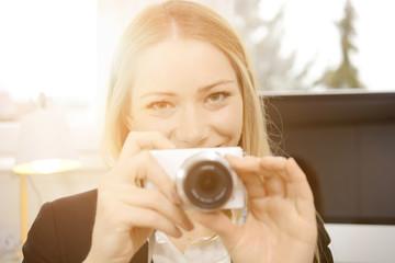 Frau mit Digitalkamera fotografiert  - Vintage Flare Lens