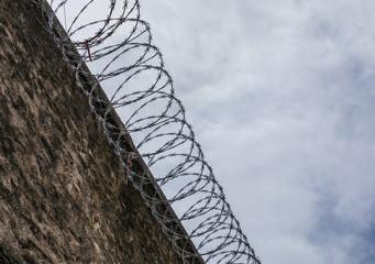 Mur de prison avec barbelés