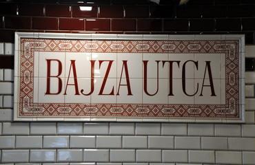 Kacheln der historischen U-Bahn-Station mit der Anzeige: Bajza utca