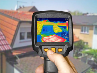 Recording Warmed roofs on family homes with thermal camera