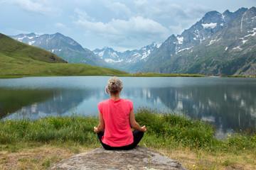 Méditation au bord d'un lac