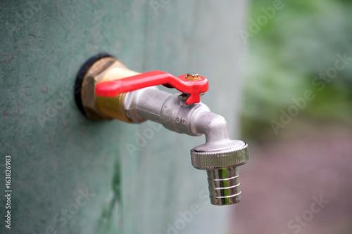 Wasserhahn Wasserhahn An Einem Wasserfass Im Garten Stock Photo