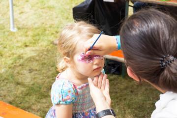 Mädchen wird geschminkt / Sommerfest