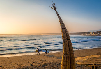 Foto auf Acrylglas Südamerikanisches Land Huanchaco Beach and the traditional reed boats (caballitos de totora) - Trujillo, Peru