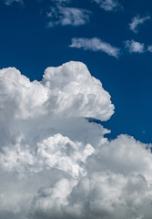 Gewitterwolken vor blauem Himmel