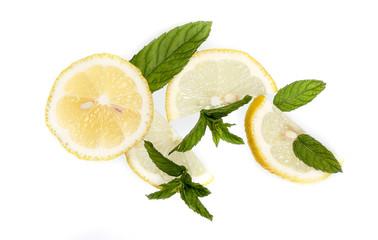 чай с лимоном мятой и корицей на белом фоне