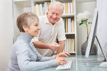 Senioren Paar hat Spaß am Computer