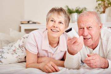 Senioren Paar mit Fernbedienung
